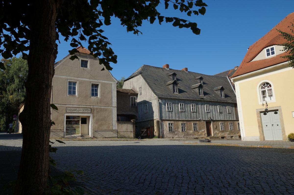 Blick zu den Schwesternhäusern vom Platz