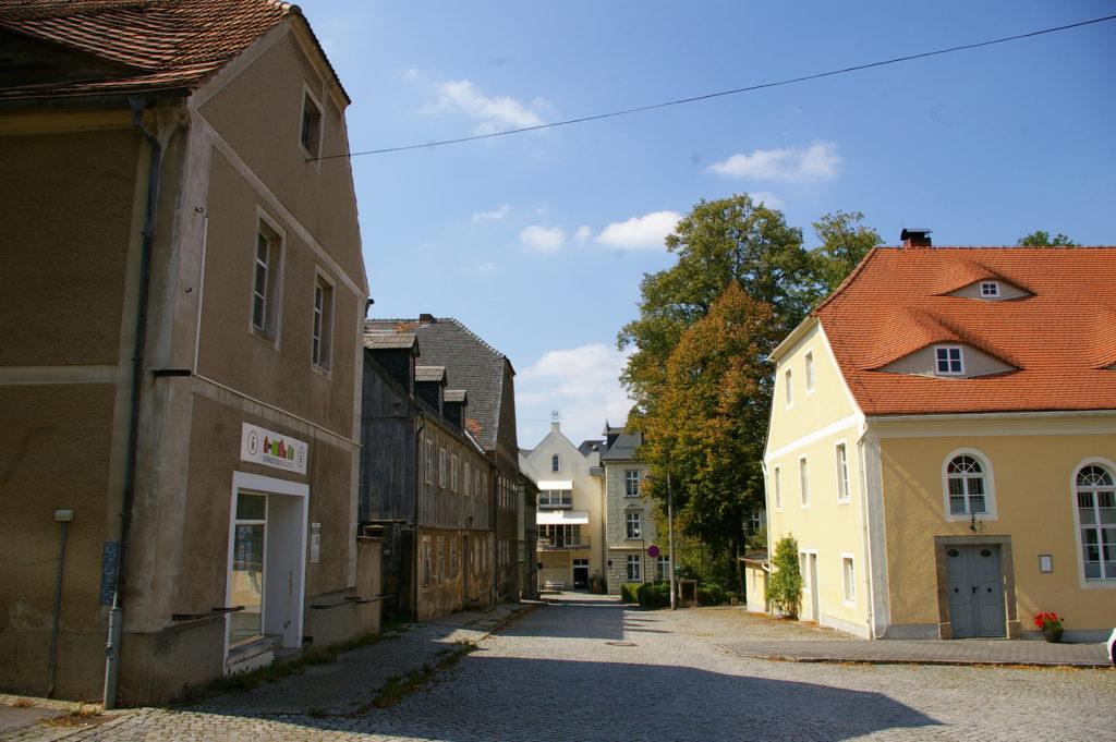 Blick entlang der Fassade der Schwesternhäuser zum Zinzendorfplatz