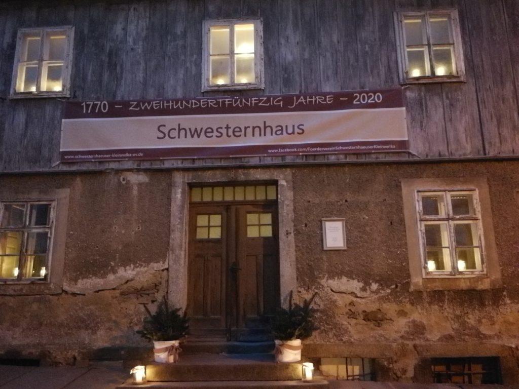 Haupteingang Schwesternhäuser mit Transparent über der Tür