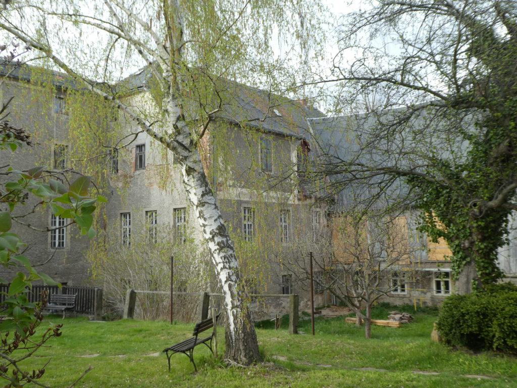 Blick vom Garten in den Hof der Schwesternhäuser